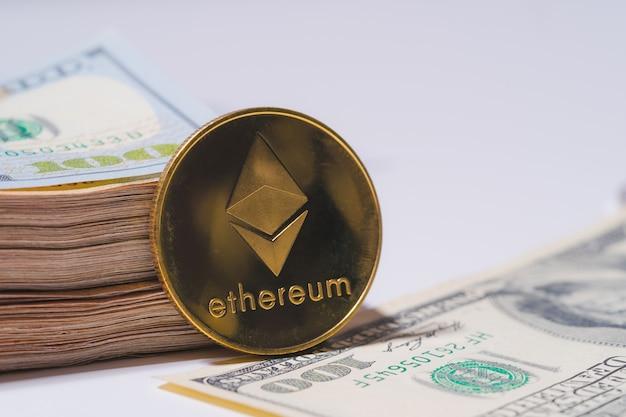 Golden ethereum eth incluído com moeda criptomoeda na pilha de cem dólares americanos dinheiro tecnologia americana blockchain dinheiro futuro close up e macro background