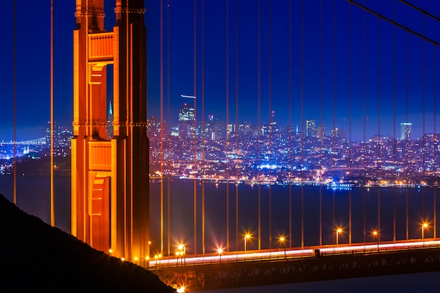 Golden gate bridge san francisco pôr do sol através de cabos