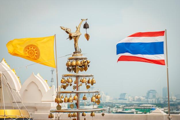 Golden mount e wat saket localizados na avenida ratchadamnoen, bangkok.