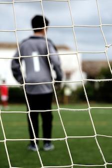 Goleiro no campo de futebol