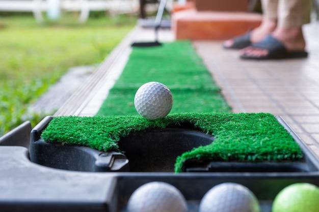 Golfista, pôr, um, bola golfe, em, a, borda, buraco
