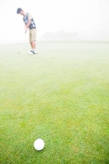 Golfista prestes a tacada
