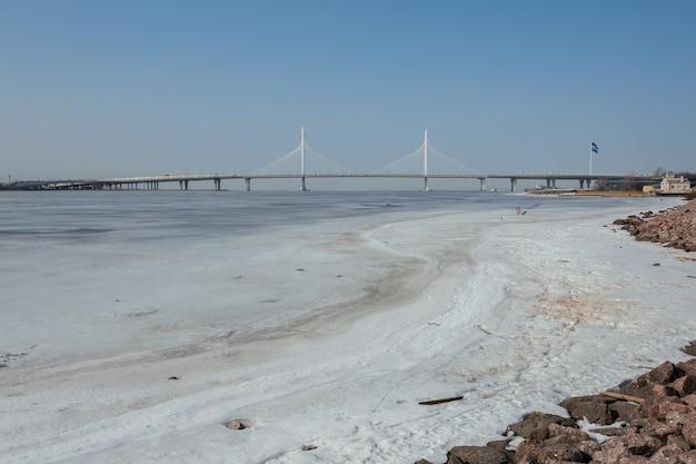 Golfo finlandês gelado e uma ponte na primavera