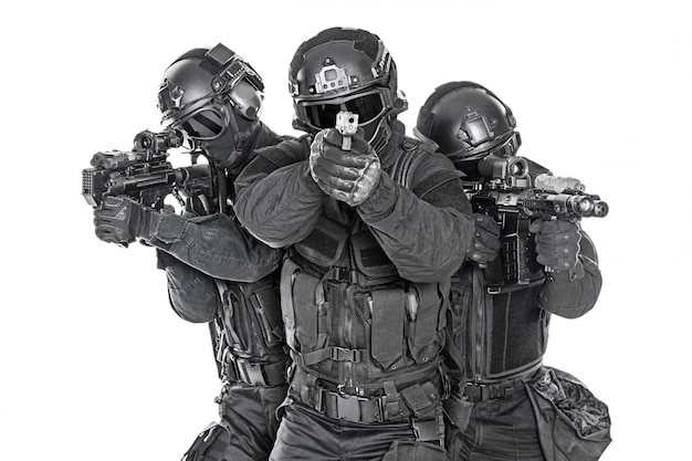 Golpeia forças especiais da polícia com rifle