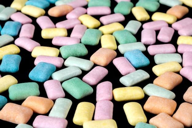 Goma de mascar colorida perto