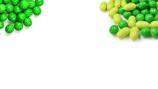 Goma de mascar verde isolada no fundo branco.