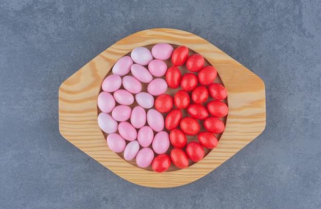 Gomas saborosas no prato, na superfície do mármore