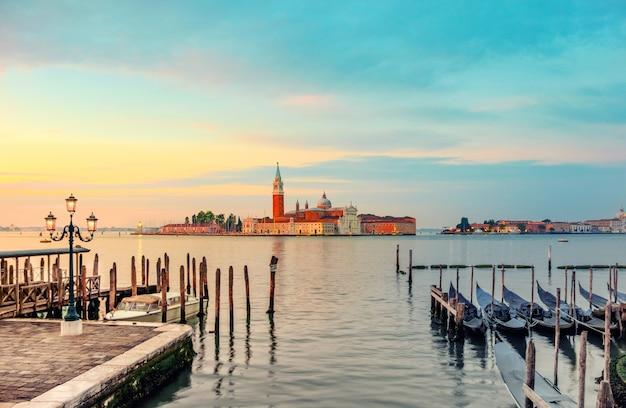 Gôndolas ancoradas pela praça de são marcos em veneza