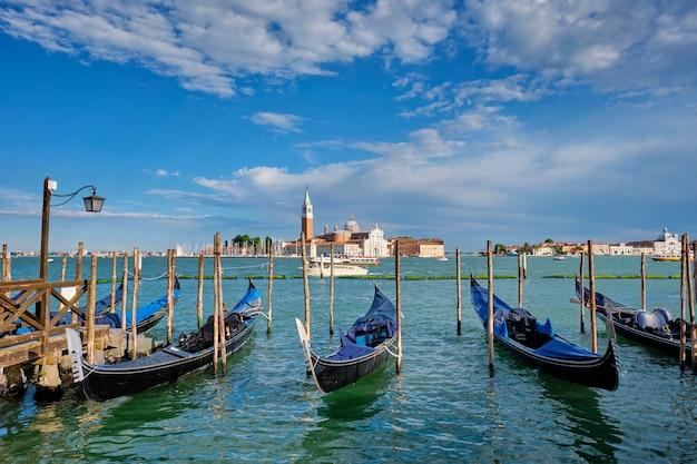 Gôndolas e na lagoa de veneza pela praça san marco veneza itália