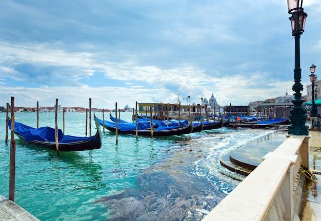 Gôndolas estacionadas na praça de são marcos e aterro do palácio ducal, veneza, itália