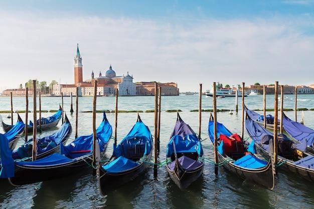 Gôndolas flutuando no grande canal, veneza, itália