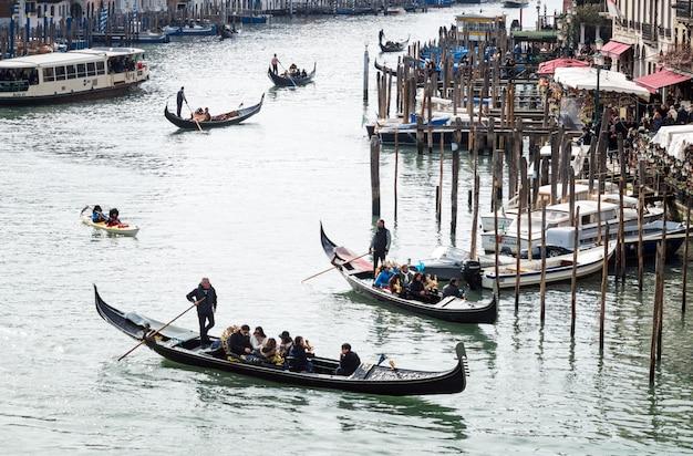 Gôndolas no grande canal de veneza