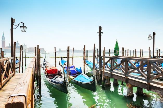 Gôndolas no grande canal em veneza, itália. linda paisagem de verão