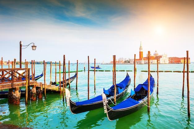 Gôndolas no grande canal, perto da praça san marco, em veneza, itália. destino de viagem famoso