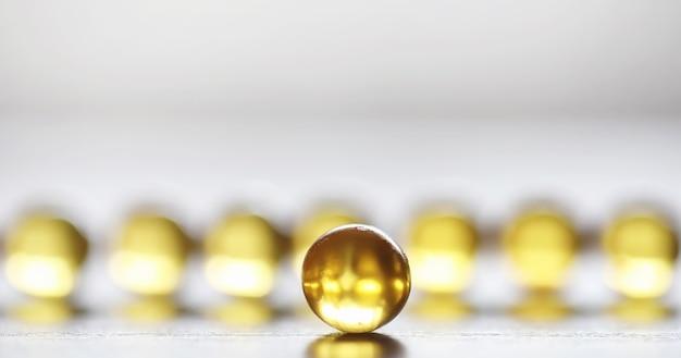 Gordura de peixe. produtos médicos para o tratamento de doenças. o conceito de dependência de saúde em comprimidos. cápsulas de óleo de peixe em fundo de madeira.