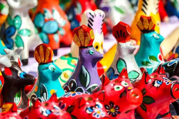 Gorodets rússia lembranças artesanais tradicionais de madeira em loja de presentes de rua