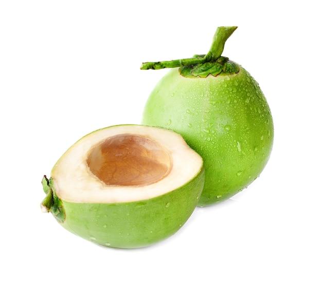 Gota d'água coco verde isolado no branco