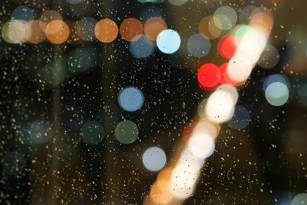 Gota de água abstrata, borrão e bokeh, chovendo