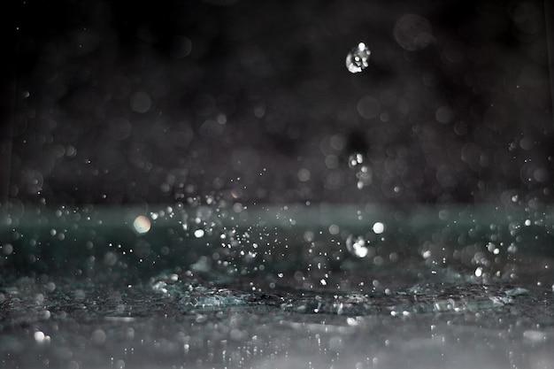 Gota de água abstrato, salpicos em fundo preto