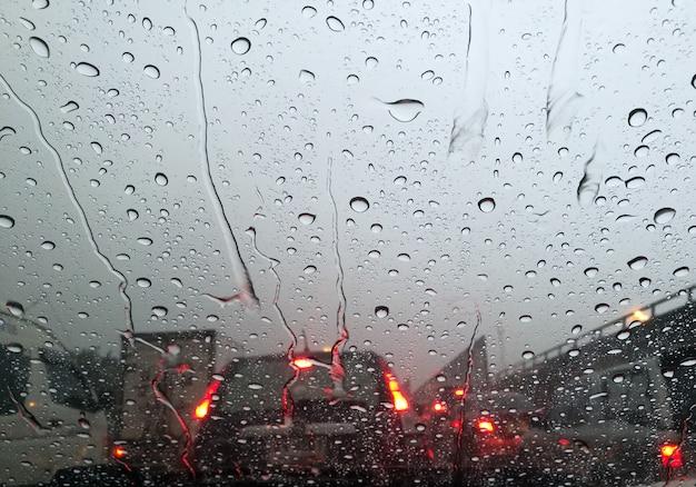 Gota de água na janela do carro no mau tráfego