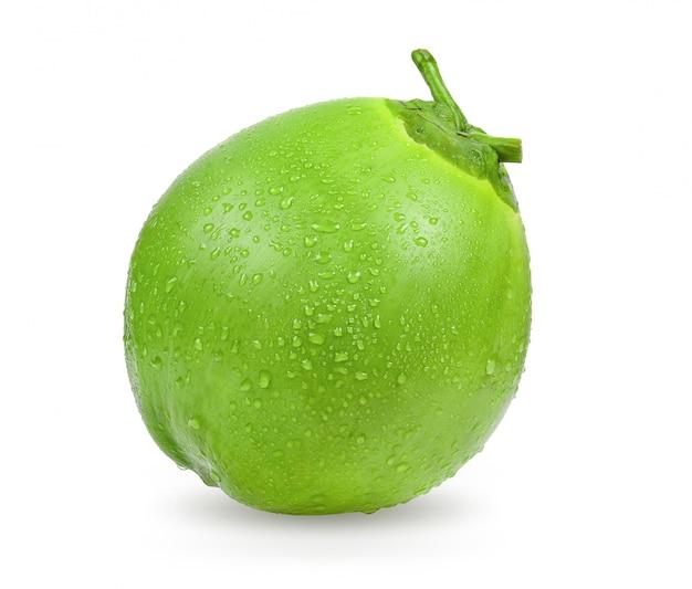 Gota de água verde coco isolado no espaço em branco