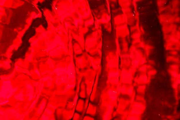 Gota monocromática de água em tons de vermelho