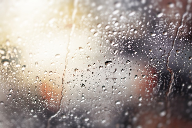 Gotas da água. vista através do pára-brisa de um dia chuvoso forte, profundidade de campo rasa.