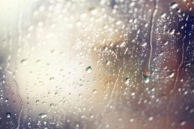 Gotas da água. vista através do para-brisa de um dia chuvoso forte, profundidade de campo rasa.