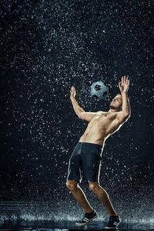 Gotas de água ao redor do jogador de futebol