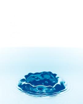 Gotas de água caindo fundo