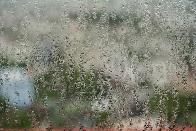 Gotas de água de condensação em casa em uma janela