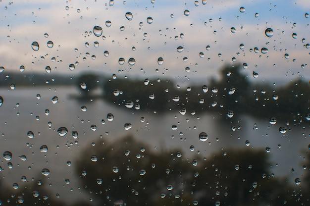 Gotas de água em um fundo gradiente, coberto com gotas de água - close-up.