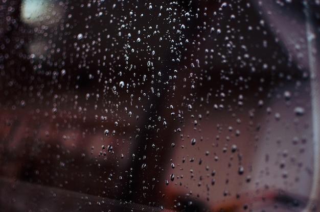 Gotas de água em um fundo gradiente coberto com gotas de água de perto