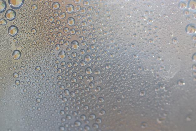 Gotas de água em uma superfície de plástico transparente macro visão da água