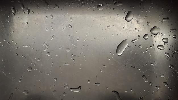 Gotas de água espalhadas dentro de uma pia de aço cinza