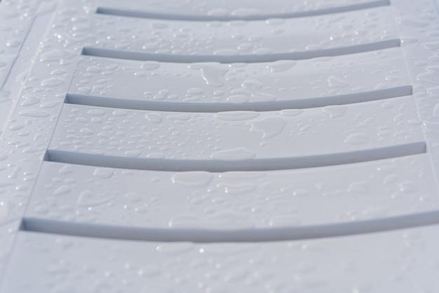 Gotas de água na espreguiçadeira
