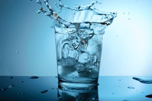 Gotas de água no copo.