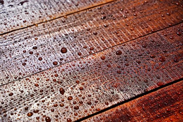 Gotas de água no foco seletivo de fundo de madeira