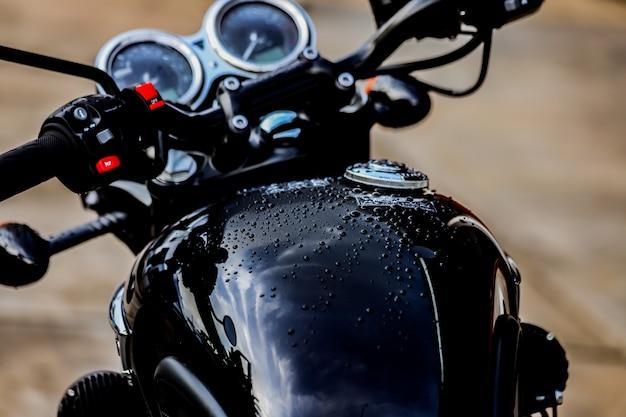 Gotas de água no tanque de combustível da motocicleta