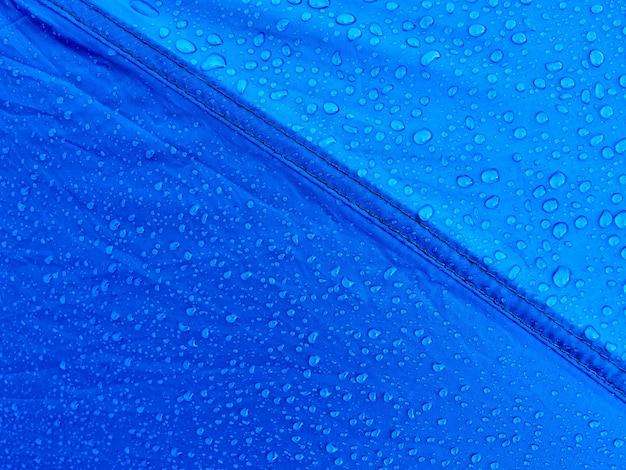Gotas de água no tecido da membrana impermeável. orvalho da manhã na barraca.