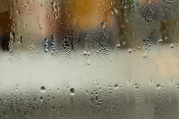 Gotas de água no vidro.