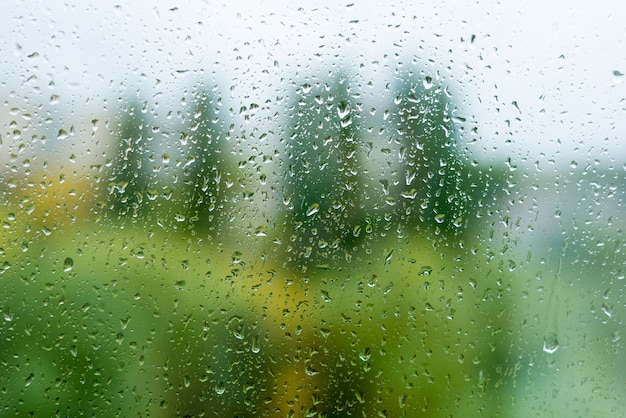 Gotas de chuva na janela de outono, meio urbano