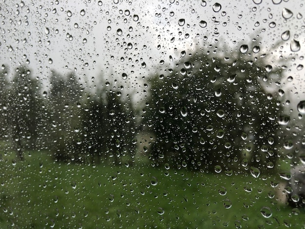 Gotas de chuva na janela no horário de verão