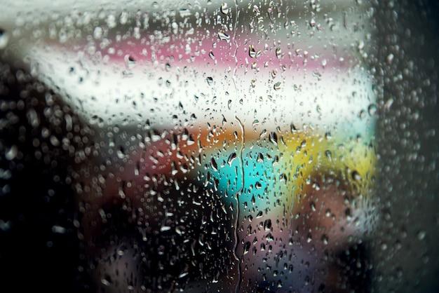 Gotas de chuva na vidraça de uma janela