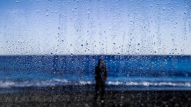 Gotas de chuva no fundo da praia