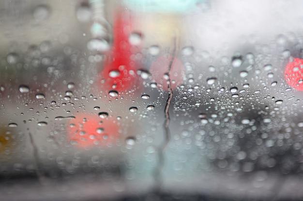 Gotas de chuva no vidro do carro durante engarrafamentos