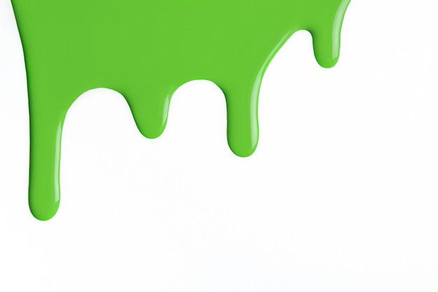 Gotas de líquido verde claro de tinta fluem para baixo em um fundo branco isolado
