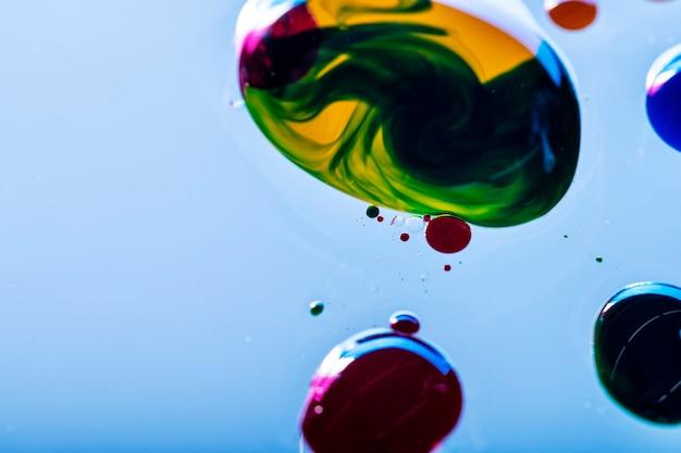 Gotas de tinta coloridas