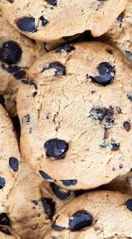 Gotas e pedaços de chocolate em biscoitos tradicionais de trigo