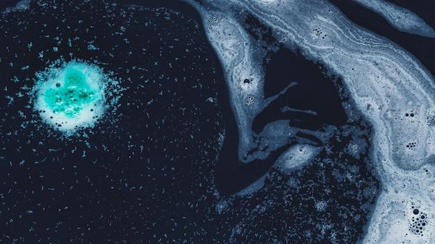Gotas e redemoinhos de espuma